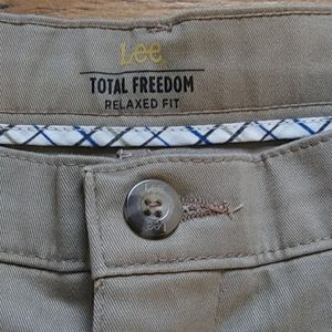 Lee Total Freedom Relaxed Fit Khaki 40 × 30